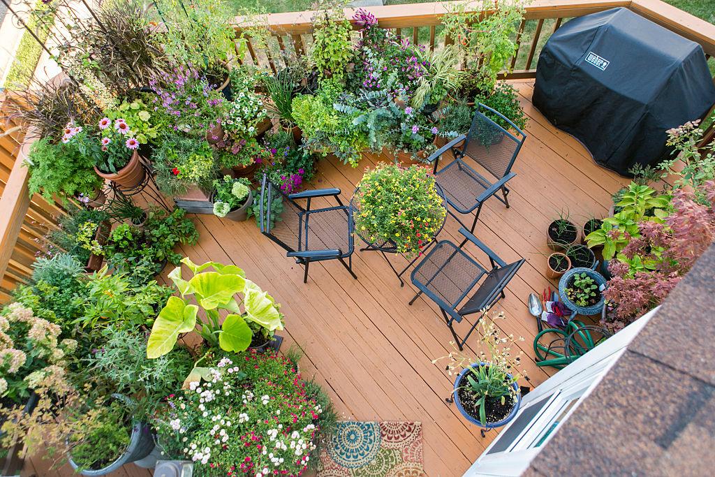Aranżacja małego balkonu. Jak stworzyć miejsce z klimatem?