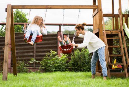 Jak wykonać konstrukcję pod huśtawkę w ogrodzie?