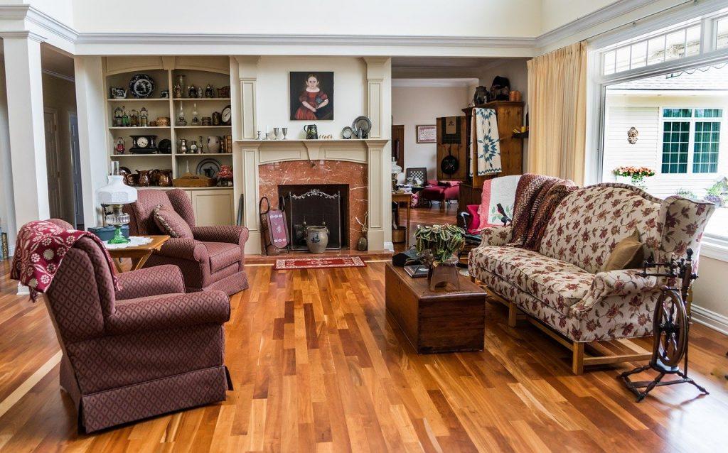 stylowy salon z drewnianą podłogą