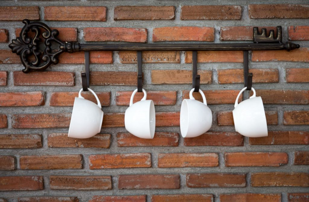 Kubki na tle ściany z cegieł