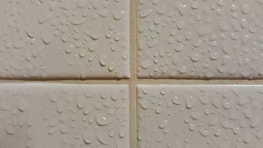 mokre płytki w łazience