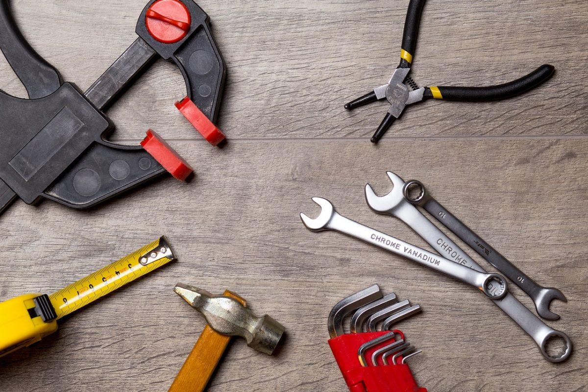 Narzędzia ręczne i elektryczne, które warto mieć podczas remontu