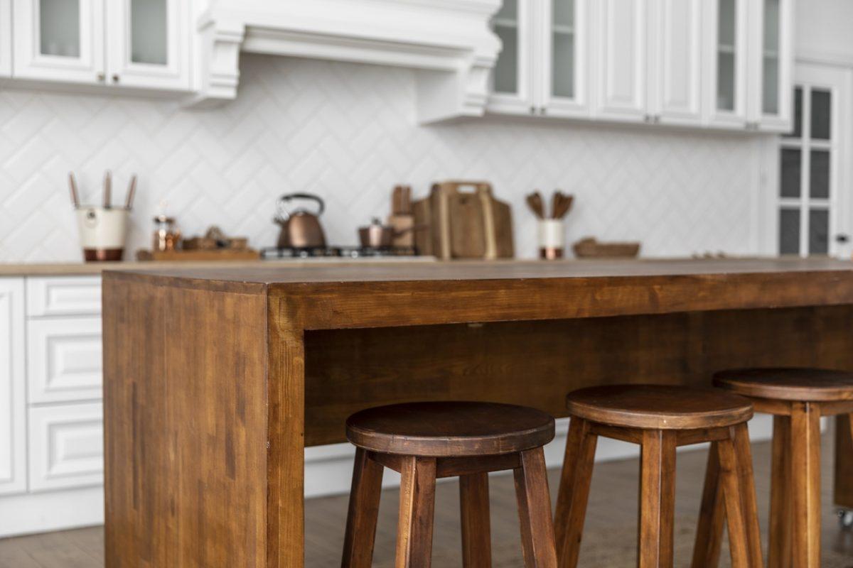 Jak odświeżyć dębowy stół?