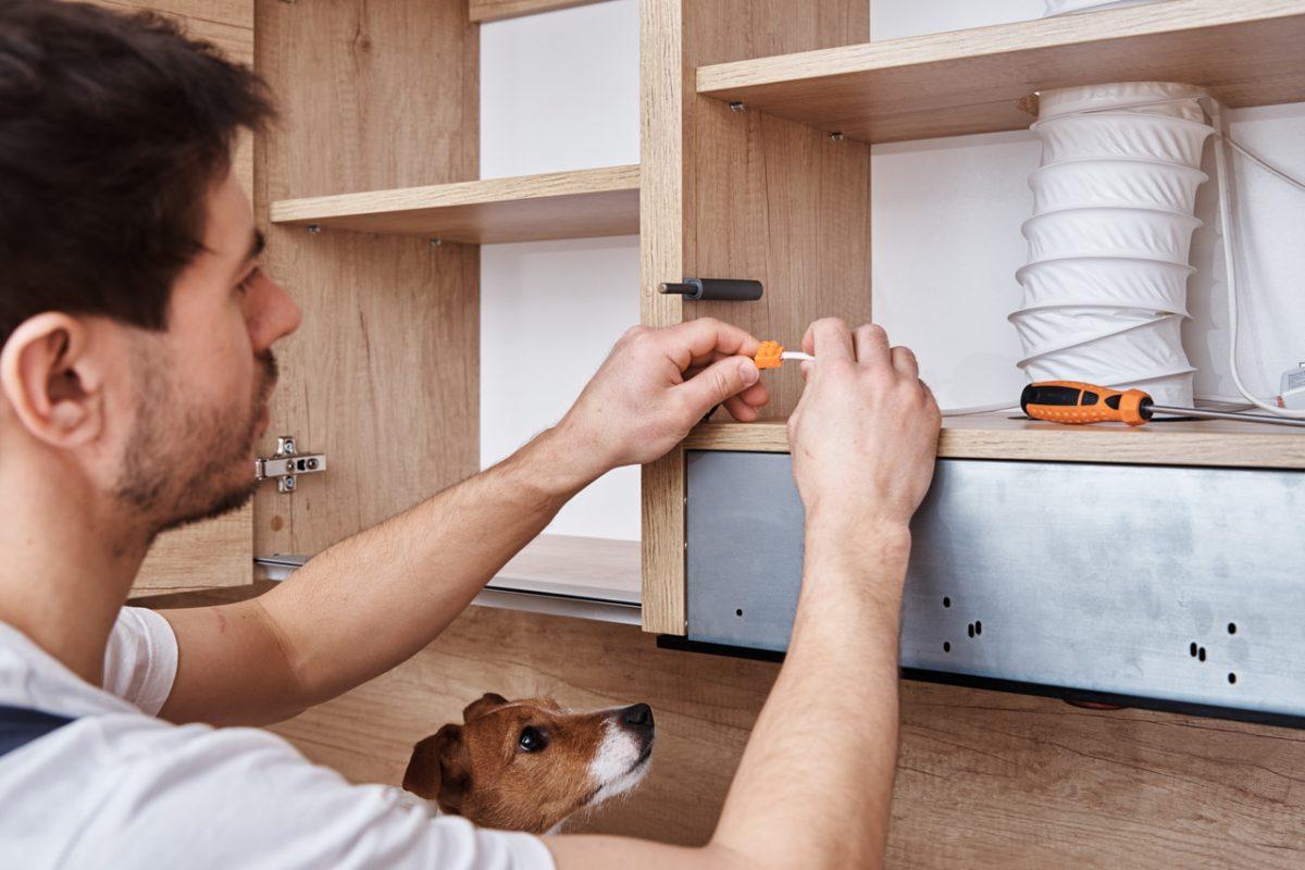 Jak zamontować cichy domyk w szufladzie?
