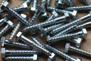 Jakie śruby warto mieć podczas remontu?