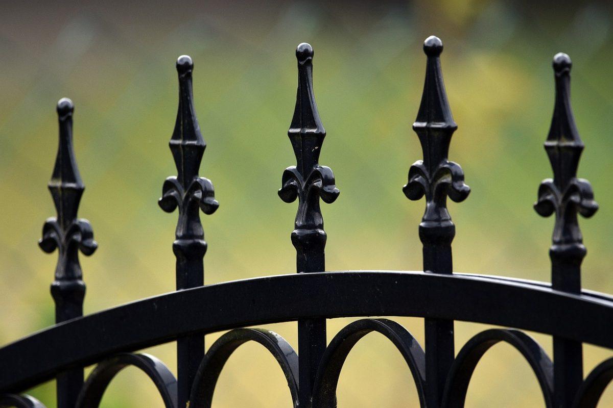Czyszczenie i renowacja metalowego ogrodzenia